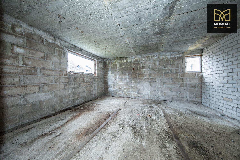 Müüa pooleliolev maja karp Saue linnas.